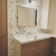 WEBSTA @ myhouse0810 - たしか洗面台はホワイトだったような気が…だけどこれはこれで○ということに。ライトの大きさにびっくり笑大きさまで調べてなかったけど、カウンターとの段差も洗面台の下に台をいれてくれたおかげでスッキリ綺麗になりました#マイホーム記録 #工務店#新築一戸建て #洗面所#洗面台#リクシル#ミズリア#北欧#フィンレンソン