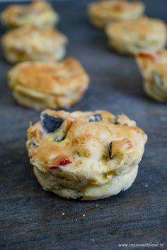 Heerlijke simpele vegetarische Pizza muffins. Een makkelijke snack in de middag of bij de borrel.--> www.seasonwithlove.nl