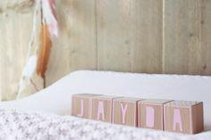 Naamblokken, geweldig cadeau als je op kraambezoek gaat! Leverbaar met heel veel verschillende kleurtjes opdruk en met verschillende symbooltjes! Baby, Babys, Baby Humor, Babies, Dolls, Infants, Kid