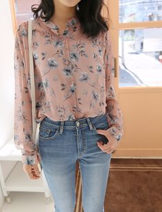 Be in full bloom in this floral chiffon blouse!