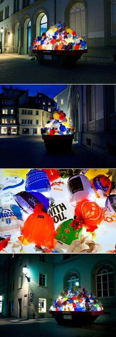 Le collectif espagnol Luzinterruptus est à l'origine de cette installation baptisée « Plastic Garbage Guarding the Museum », un nom assez long pour cette oeuvre réalisée pour le Gewerbemuseum Winterthu en Suisse.