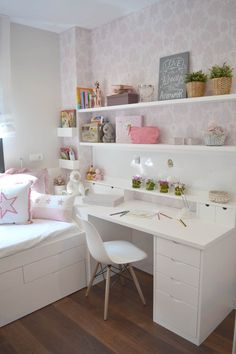 Teen girl bedrooms, check this arrangement for a really easy teen girl room makeover, make-over number 3465926033 Room Design Bedroom, Girl Bedroom Designs, Room Ideas Bedroom, Small Room Bedroom, Kids Room Design, Diy Bedroom Decor, Home Decor, Tiny Girls Bedroom, Layout For Small Bedroom