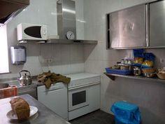 Cocina planta inferior del Albergue Casa Los Maestros ubicado en Bostronizo (Arenas de Iguña, Cantabria)