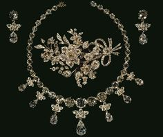 Kronjuvelerne består i dag primært af fire store smykkesæt eller garniturer, som de kaldes: et brilliant-sæt,et smaragd-sæt, et perle-rubinsæt og et rosensten-sæt. Garniturerne består alle af halskæder, ørenringe og brocher og et enkelt også af et diadem. Smykkerne kan skilles ad, så de enkelte dele kan kombineres på forskellige måder. På billedet ses brilliant-sættet.      Læs mere om Kronjuvelerne.