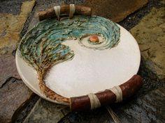 Jedno .. na přání .. z cyklu MÍSAmiskaMistička. Dekorativní mísa/tác je modelována ze šamotové hlíny. Dekorováno glazurami a oxidem. Téma je symbolickým sdělením .. Ucha - klacíky jsou přichyceny lýkem a jsou více dekorativním, než-li funkčním doplňkem mísy. Rozměry: průměr mísy 27 cm, s klacíky cca 35cm Děkuji za respektování autorské práce.