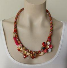 Zeer originele halsketting van Fanny Fouks. Door het gebruik van verschillende materialen heeft deze mooie ketting een unieke handgemaakte uiterlijk.- € 29,95