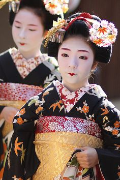 Maiko Toshiteru (now retired)   and maiko Toshiyui (now retired) behind her of Miyagawacho