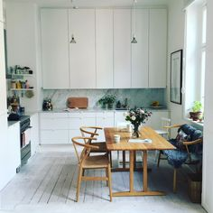 Discover our interior design inpirations for The best tips for you interior home decor. Dining Area, Kitchen Dining, Appartement Design, Interior Architecture, Interior Design, Cheap Home Decor, Kitchen Interior, Hygge, Home Kitchens