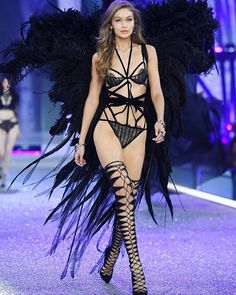 Amazing outfit but I think she doesn't deserve so big wings. Althought she looks gorgeous  @gigihadid #vsfs #vsfs2016 #paris #runway #angel #gigihadid
