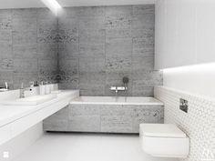 Półkę na umywalkę zawieszono na podwyższeniu z wanną. Ciekawe, futurystyczne rozwiązanie do waszych łazienek. To naturalnie propozycja minimalistyczna, taka, do jakiej przyzwyczajają nas architekci w ostatnim czasie. Biel w połączeniu z kamieniem na ścianie nadaje właściwego klimatu i utrzymuje proporcje pomiędzy poszczególnymi częściami pomieszczenia. Teraz tylko utrzymać tam należytą czystość... #wc #łazienka #toaleta #dom #architekt #kamień ##mleczko ##do ##czyszczenia
