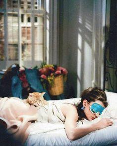Please, don't wake me up until next weekend. Thanks! #morning #bomdia #sunday #domingo #lazy #preguica #hangover #audreyhepburn #love #cat #fashion