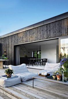 Tv-værten Emil Thorup kan nu tilføre to nye titler til sit navn. Porch Makeover, House In The Woods, Exterior Design, Modern Exterior, Interior Architecture, Building A House, Outdoor Living, Indoor Outdoor, New Homes
