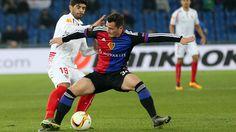Harter Zweikampf, Basel und Sevilla verlangen sich einiges ab. Der FC Basel und Sevilla trennten sich im Hinspiel des Europa-League-Achtelfinals 0:0 unentschieden.