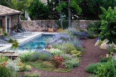 Cour intérieure avec jardin méditerranéen et piscine