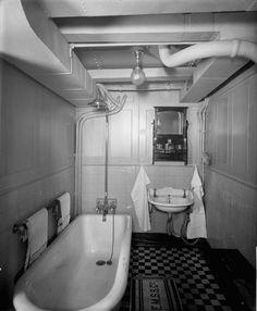 First class bathroom on Royal George passenger ship. Rms Titanic, Titanic Photos, Titanic Sinking, Titanic History, Nautical Interior, Boat Interior, Nautical Home, Ideal Bathrooms, Boats