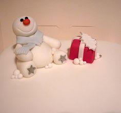 Snowman christmas cake close up Christmas Snowman, Merry Christmas, Xmas Cakes, Christmas Cakes, Funny Cake, Fondant Tutorial, Christmas Decorations, Holiday Decor, Gum Paste