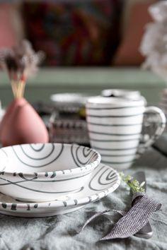 Der angesagte Pastelltrend ganz einfach nachgestylt und kombiniert mit dem Design Graugeflammt #handgefertigt #handmade #pottery #tableware #deko #interior #inspo #madeinaustria #craftmanship Trends, Pure Products, Table Decorations, Grey, Tableware, Design, Home Decor, Pastel, Handmade