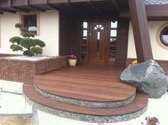 Drewniany taras wejściowy.  #projektowanie ogrodów, #hurtownia kamienia, #projektowanie ogrodów Toruń, #projektowanie ogrodów Bydgoszcz, #ogrody Toruń, #ogrody Bydgoszcz
