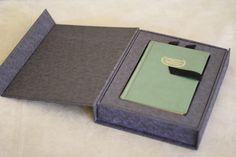 """Confecção da caixa e berço, para o livro A Mulher de Trinta, que serviu de """"embalagem"""" para o presente."""