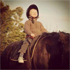 Em cima dos cavalos os mais pequenos chegam  mais longe e voam mais alto. E um sorriso é tantas vezes a maior prova disso!