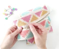 Learn how to make this CUBE Crochet Toiletry Bag usin the Tapestry Technique. FREE Step by Step Tutorial & Pattern. Designed to turn heads! Crochet Pouch, Crochet Chain, Crochet Stitches, Crochet Hooks, Tapestry Crochet Patterns, Crochet Fabric, Knitting Daily, Tapestry Bag, Crochet Projects