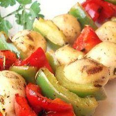 Kebab vegetariano @ allrecipes.com.br - Não só são as carnes que vão para a grelha. Experimente fazer este kebab delicioso, só com os legumes