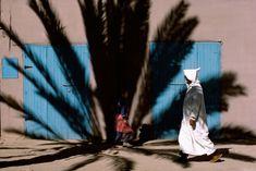 BRUNO BARBEY:  También trabajador para la agencia Magnum, sucumbe ante los colores del sol del mediodía marroquí.  Luces, sombras, interacción con la naturaleza, y jóvenes disfrutando de momentos de plenitud.