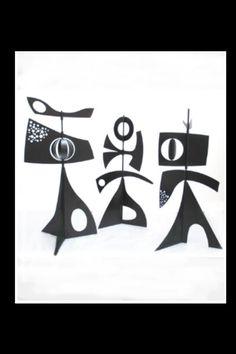 """Philippe Hiquily - Sculpture monumentale """"Les Girouettes"""", 1962/2009, constituée d'un ensemble de trois girouettes en acier galvanisé et peinture epoxy noire - Éléments mobiles avec le vent - H. : 3 m; Poids unitaire : 110 kg - Chaque sculpture est fixée au sol sur une dalle en béton que l'on peut recouvrir de gazon."""