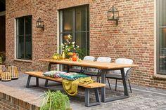 De Tomar tuintafel van SUNS is een prachtige tuintafel gemaakt van teakhout en een mat grijs aluminium frame. De strakke en uitlopende lijnen zorgen voor een speels lijnenspel.