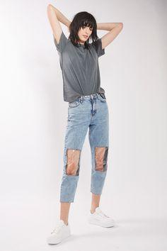 Džíny s názvem MOTO Clear Panel Mom Jeans mají na kolenou záplaty z plastu.
