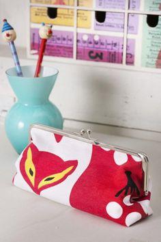 Ompele kehyskukkaro itsellesi tai lahjaksi ystävälle. | Unelmien Talo&Koti Recycled Crafts, Diy Crafts, Diy Purse, Diy Projects To Try, Printing On Fabric, Weaving, Pouches, Embroidery, Handicraft Ideas