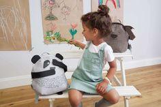 Dürfen wir vorstellen: Pau, der ständig hungrige Panda. Die Kindergarten-Rucksäcke von Lässig sind wirklich durchdacht funktional und entzückend im Design. Magnete in Ohren, Augen, Mund und Armen sorgen für eine extra Portion Spaß bei den Kids. Die Tiere können sich die Ohren und Augen zuhalten, Grimassen schneiden oder sich gegenseitig an den Händen halten. Langeweile kommt so garantiert nicht auf.  #kindergartenrucksack #kinderrucksack #meinkleinesich