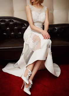 Νυφικά παπούτσια μυτερά Divina σε λευκό δέρμα με λουλούδια Bridal Shoes, High Low, Luxury, Handmade, Dresses, Fashion, Bride Shoes Flats, Vestidos, Moda