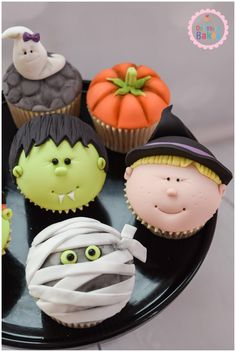 Halloween Themed Cupcakes  #boo #halloween #halloweencupcakes Halloween Cups, Halloween Themed Food, Halloween Baking, Halloween Birthday, Halloween Themes, Cupcakes Decorados, Halloween Cupcakes Decoration, Halloween Cupcake Toppers, Halloween Fondant Cake