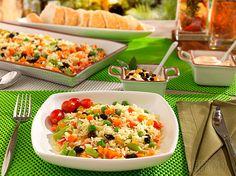 O Natal está chegando e, na noite da ceia, muitas pessoas gostam de comer coisas que saem um pouco do tradicional. Esta receita de arroz é uma opção simples e barata para a data. Ingredientes: 3 xí…