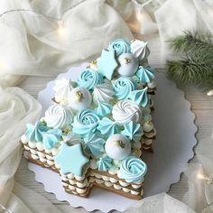 """Всем сладкий привет❄️ . Следующая порция Ваших конкурсных работ в направлении - Тортик в стиле """"Скоро зима""""!😍 #морозныйтортик_gdetort .… Christmas Cake Decorations, Christmas Desserts, Christmas Treats, Christmas Baking, Christmas Goodies, Cake Decorating Techniques, Cake Decorating Tips, Cookie Decorating, Cupcake Cakes"""