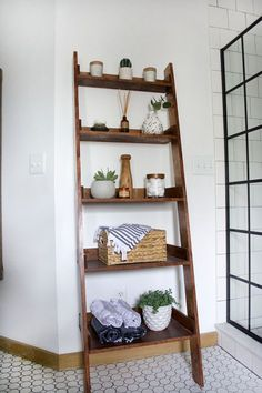 Add beautiful storage to any room with this DIY Wooden Leaning Bookshelf by Brepurposed. How to Build a DIY Leaning Ladder Shelf (Step by Step Guide Leaning Ladder Shelf, Ladder Shelf Decor, Wooden Ladder Shelf, Diy Ladder, Ladder Shelves, Diy Wooden Shelves, Oak Shelves, Bookcase Shelves, Bathroom Storage Ladder