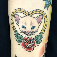 Tatuagem de gato feita por Ana Mendes no estilo old school. #tatuagem #tattoo #tradicional #oldschool #gato #cat