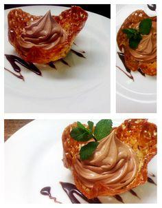 Teja de almendra con un mousse de chocolate.