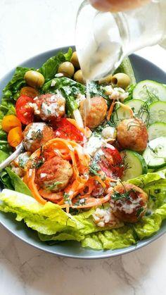 Miska szczęścia? Co to właściwie jest i czemu tak dziwnie się nazywa? Ponieważ faktycznie zawiera wszystko to czego nam do szczęścia i zdrowia potrzeba: pe Caprese Salad, Cobb Salad, Cabbage, Tacos, Food And Drink, Vegetables, Ethnic Recipes, Diet, Vegetable Recipes