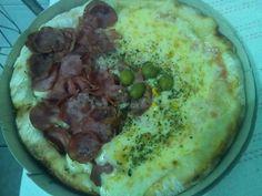 No geral a pizza é boa, com ingredientes saborosos e quando acertam realmente é uma pizza deliciosa, mas sempre acontecem erros, primários e que podem estragar o bom prazer de comer uma boa pizza.  #comida #janta #pizza  Brotão Meia Calabresa Fatiada e Meia Margherita (mas veio Mussarela) - R$18  comendo pizza em Pizzaria Bella Romanesca.