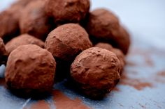 sjokoladetrøfler med contreau rullet i kakao Food And Drink, Cookies, Desserts, Crack Crackers, Tailgate Desserts, Biscuits, Dessert, Cookie Recipes, Postres