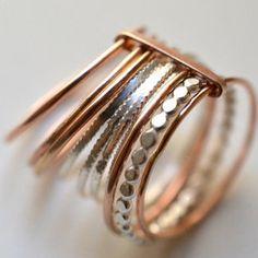 """Les grains de raisin forment une belle grappe quand ils poussent, comme les anneaux de cette bague.Forgés à la main à partir d'argent recyclé et **""""Gold Filled"""", les anneaux sont maintenus ensemble par une petite bande d'argent, sans qu'elle les empêche pour autant de tourner.C'est une bague élégante et confortable à porter tous les jours, ou pour illuminer une tenue.Vous recevrez un assortiment de textures et de couleurs :- 3 anneaux d'argent massif en fil..."""