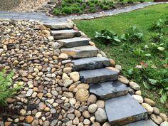 Myös seulanperäkivet (tai kenttäkivet) soveltuvat hyvin rinteiden peitemateriaaliksi. Asennus: Viinijärven Kivi Oy. Urban Landscape, Stepping Stones, Paths, Villa, Balcony, Garden, Outdoor Decor, Stair Risers, Garten