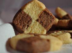 Daca doriti niste biscuiti de casa fragezi si foarte gustosi, atunci incercati reteta Biscuiti cu unt si ciocolata. Se prepara destul de usor si sunt delici