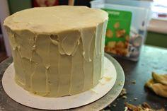 Eu corro a Minha faca AO Longo de hum Padrão de onda. Entao eu revestir o bolo los ganache Branco de chocolate.