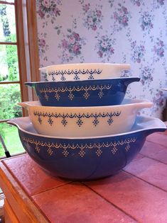 Snowflake Blue Cinderella Bowls in lovely condition! Antique Dishes, Vintage Dishes, Antique Glass, Vintage Items, Vintage Pyrex, Vintage Dinnerware, Vintage Kitchenware, Vintage Glassware, Tapas