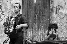 Richard Kalvar Artisti di strada a Napoli. Intensa.