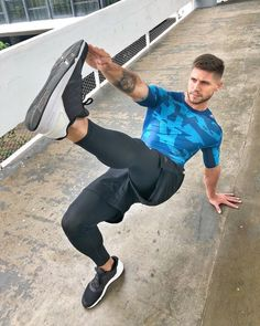 is warming up. Men's Activewear, Mode Masculine, Photos Fitness, Lycra Men, Moda Blog, Mens Tights, Gym Gear, Sport Wear, Sport Fashion