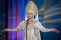 Yulia Alipova, miss Rusia, durante la actuación en la que se presentan los vestidos nacionales en el 63º concurso de Miss Universo, que se celebra en Miami. 21 de enero de 2015.
